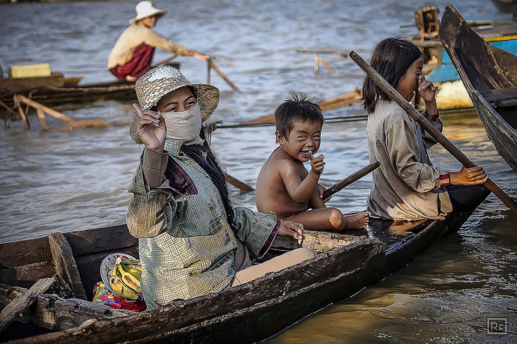 Всичко в Камбоджа се прави от много хора. А децата са неизменна част от работната обстановка. Снимка: Roberto Farina Travel Photography via Foter.com / CC BY-NC