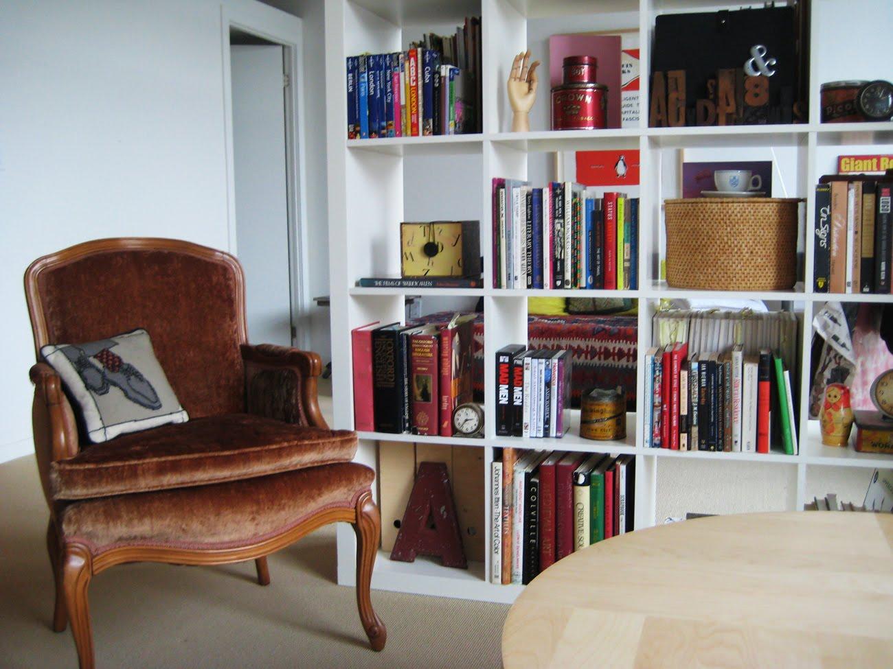 Удобен стол за четене и релакс.