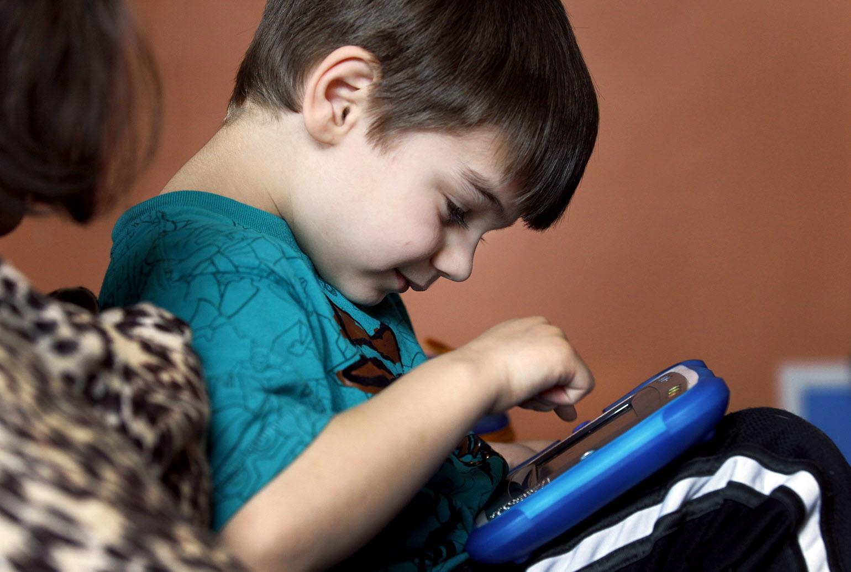 деца с аутизъм