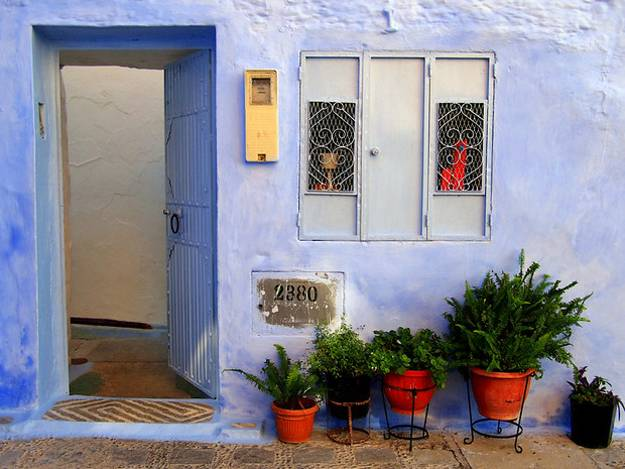 outdoor-home-decorating-front-door-decoration-moroccan-style-chefchaouen-morocco-5