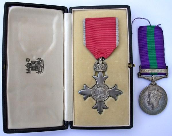 """Станли Ембъри е награден с рицарска титла и медал за храбростта му при атентата в """"Пера Палас"""" от крал Джордж VI."""