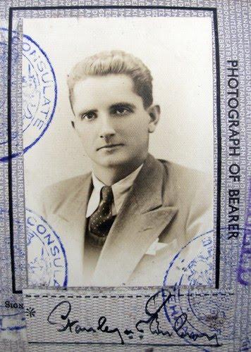 Паспортна снимка на Станли Ембъри, направена през февруари, 1943 г. в Техеран.