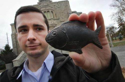 Д-р Кристофър Чарлс с желязната риба.