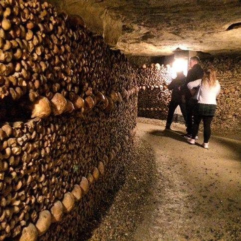в Парижките катакомби