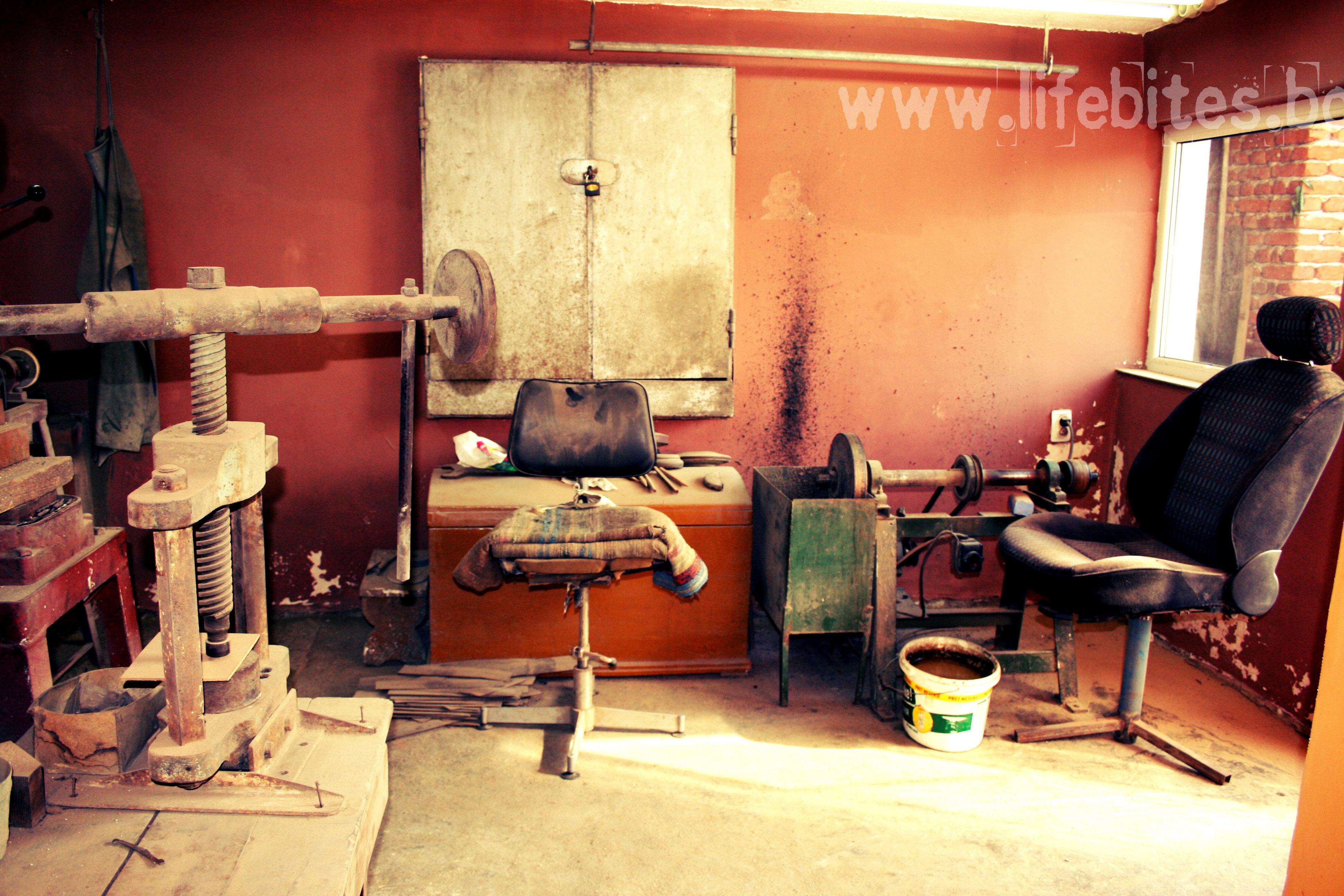 Работилницата на младия занаятчия в село Костенец.