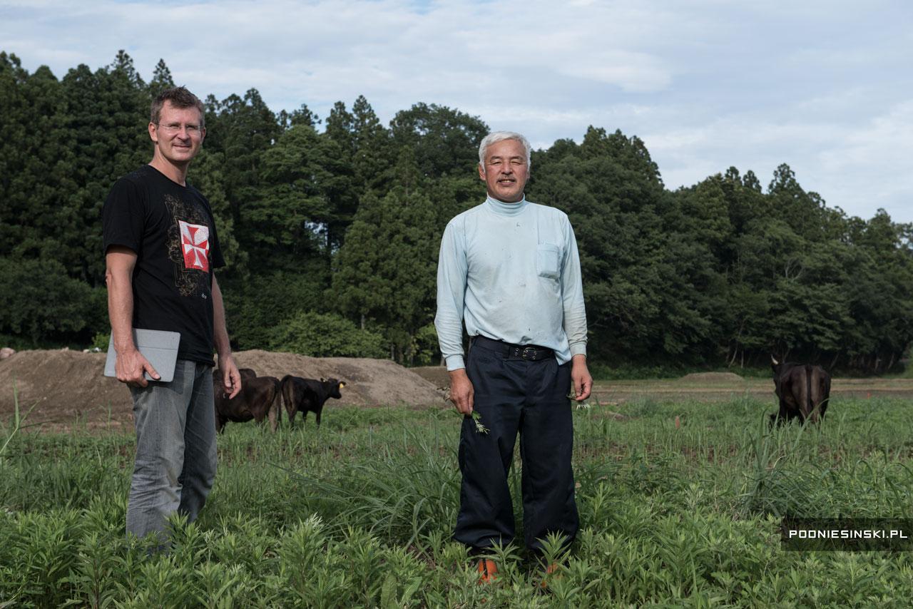 Полският фотограф заедно с един от завърналите се японци и неговата стока.
