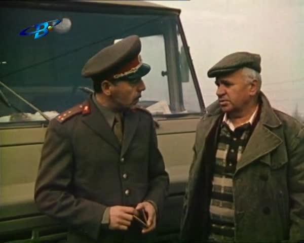 Тодор Колев изиграва блестящо ролята на ловкия измамник в милиционерска униформа.