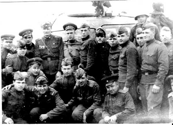 """ългарски офицери и войници разглеждат новия брой на вестник """"Народна армия"""". Прага, септември 1968. Снимка: Полк. Първанов, архив на Министерство на отбраната"""