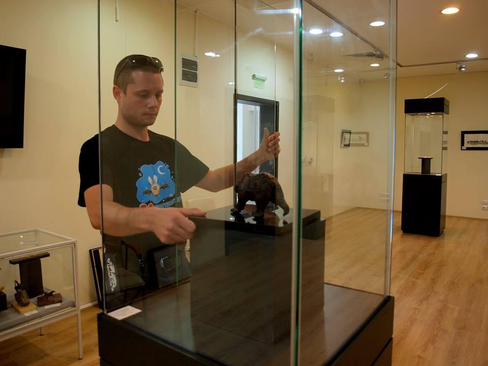 Илия подрежда скулптурите на изложбата в Бургас.