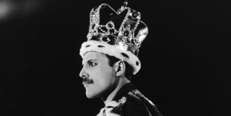 Фреди Меркюри като крал по време на концерт на Куийн Лондон, 15 юли 1986 г. (снимка: Дейв Хоган)