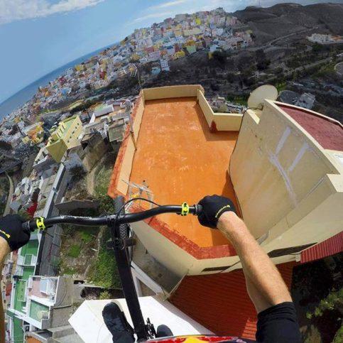 Всеки може да обиколи покривите на сградите в Гран Канария с новото видео на легендарния МакАскил.