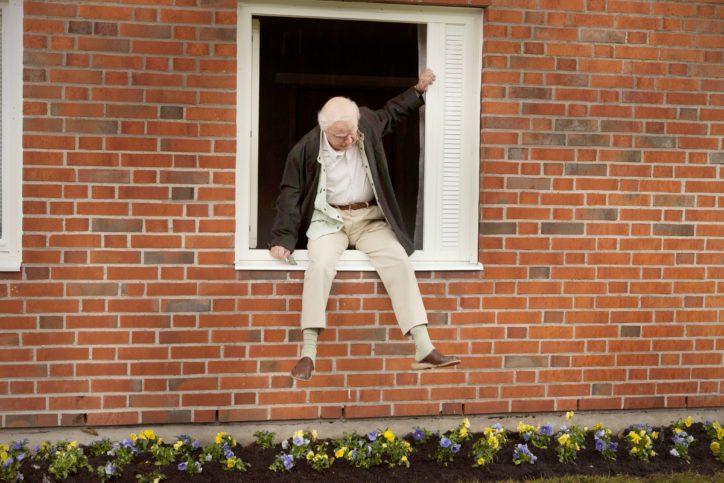 """Роберт Густафсон като Алън във филма """"Стогодишният старец, който скочи през прозореца и изчезна"""""""