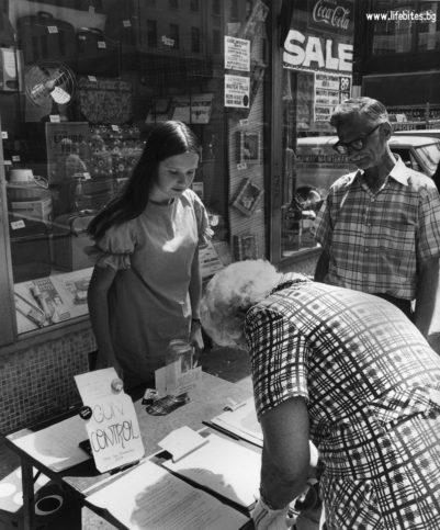 12 юли, 1968 г. Лиза Адамс на Лексингтън Авеню подканя минувачи да подпишат петиция организирана от Emergency Committee for Gun Control в Манхатън за засилен контрол върху огнестрелните оръжия.