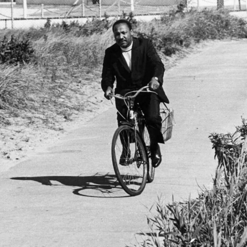 Мартин Лутър Кинг на колело.