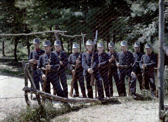 Група швейцарски граничари на границата между Франция и Швейцария.