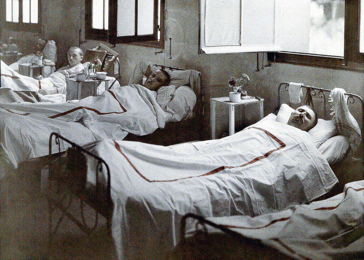 Wounded soldiers from the battlefield near Laffaux at Saint-Paul Hospital during World War I, Western Front. 1917. Color photo (Autochrome Lumière) by Fernand Cuville (1887-1927). Soissons, Aisne, France. (Photo by Galerie Bilderwelt/Getty Images)