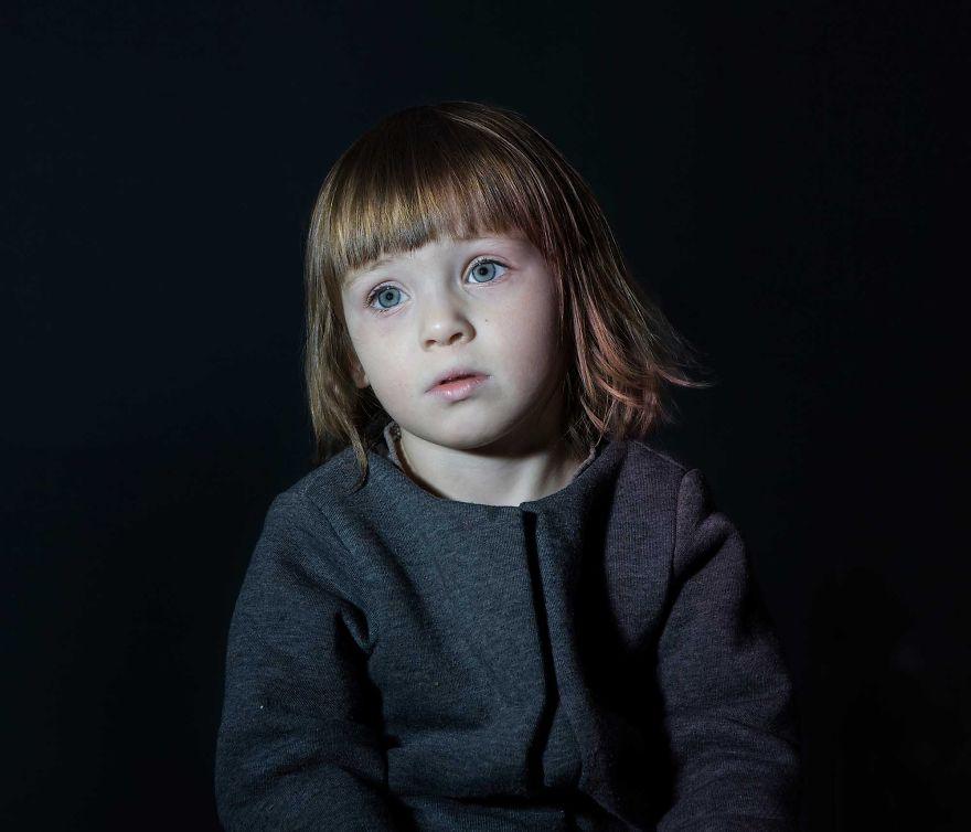 Така изглежда момиче, хипнотизирано от синия екран на телевизора. Повече по темата вижте в края на текста.