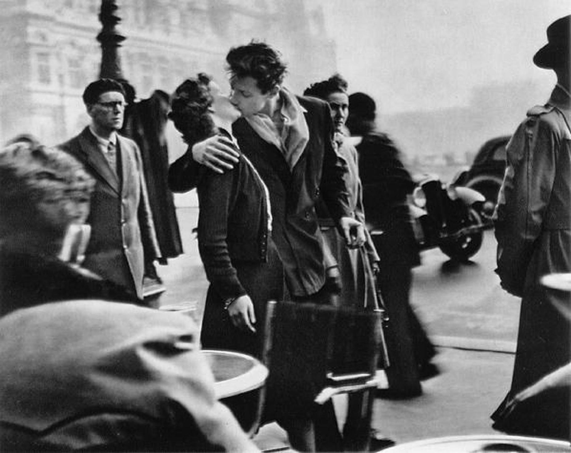 Целувка край хотел Де Вил