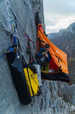 скали - палатка
