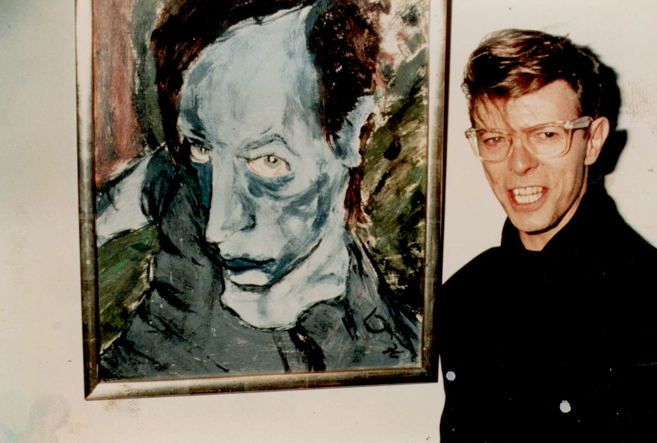 david-bowie-with-his-1976-painting-of-iggy-pop-portrait-of-j-o
