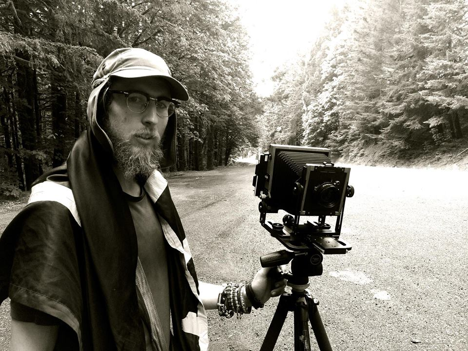 Грег Хинди със старовремската си камера.