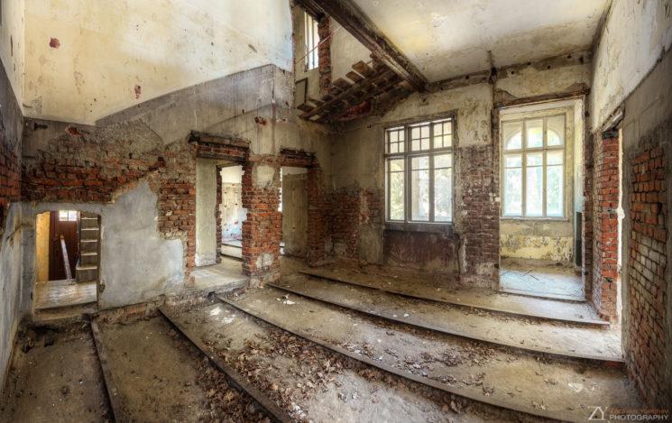 Отвътре къщата е напълно изтърбушена.