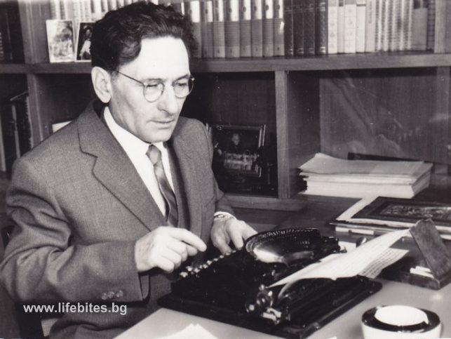 Емилиян Станев е съсед на Тодор Славчев и той често го снима в кабинета му.