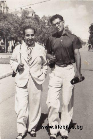 Тодор Славчев заедно с Димитър Кацев, с когото отразяват конкурс за красота във Варна през 1935 г.