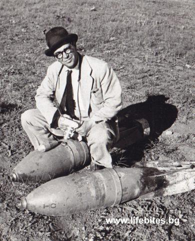Тодор Славчев с две неизбухнали авиобомби след бомбардировките над София през 1945 г.
