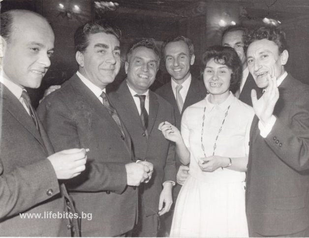 Ноември, 1963 г. Тържествено честване на 50 годишнината от основаванета на съюза на Българските писатели. От ляво надясно са поетите Петър Караангов и Веселин Ханчев, Камен Калчев и Йордан Радичков (крайно дясно).