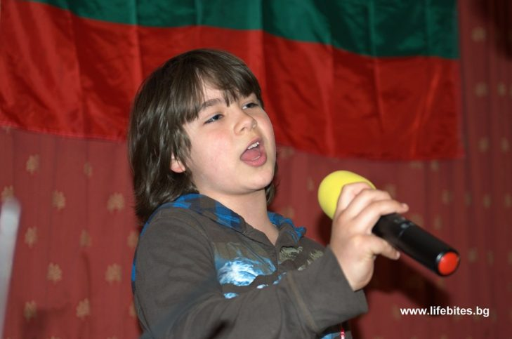Виктор пее