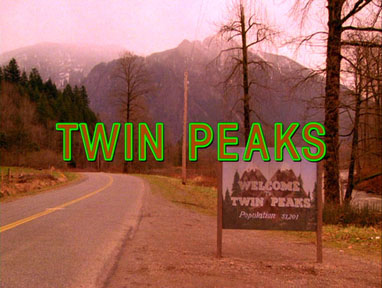 """Снимка: """"TwinPeaks openingshotcredits"""" by Uploaded by ChuckyDarko, captured from the Twin Peaks Season One Region 2 DVD. Reduced version made and uploaded by TAnthony.. Fair use via Wikipedia - https://en.wikipedia.org/wiki/File:TwinPeaks_openingshotcredits.jpg#/media/File:TwinPeaks_openingshotcredits.jpg"""