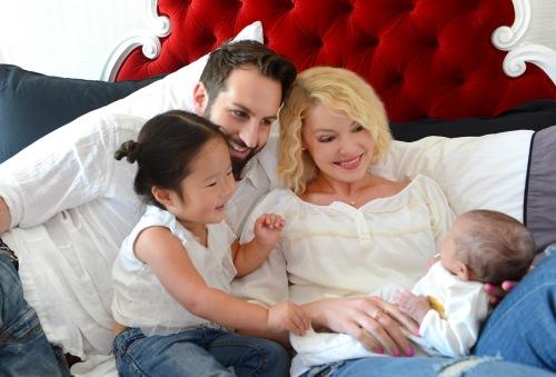 Катрин Хейгъл и Джош Кели с двете им дъщери
