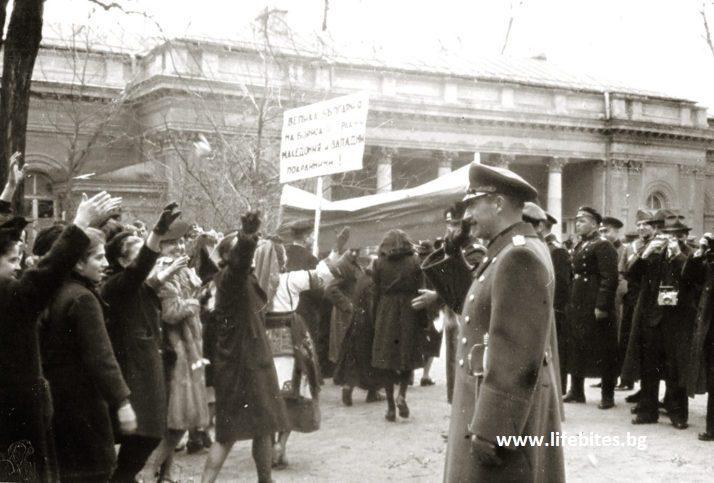 Април, 1941 г. Цар Борис III поздравява манифестация в София по случай освобождаването на Македония, Тракия и Западните покрайнини. Снимката е една от откраднатите при обира на фото-лабораторията на Тодор Славчев.