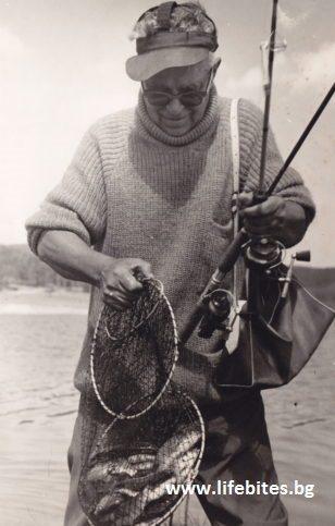 Освен запален ловджия, Тодор Славчев също така е и риболовец. Тази снимка е заснета през 1970 г. на язовир Батак.