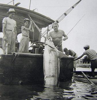 Писателят с огромен марлин, уловен в Куба.
