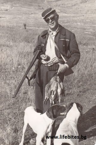 Тодор Славчев е запален ловджия. Снимката е заснета през 1970 г.