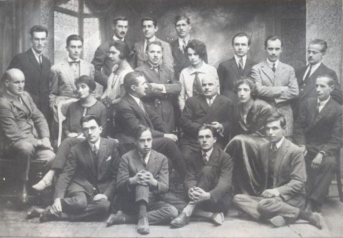 """Групова снимка на сътрудниците на списание """"Златорог"""", 1925-1927 г. Каралийчев е последният вдясно на първия ред. Източник Държавна агенция """"Архиви"""""""