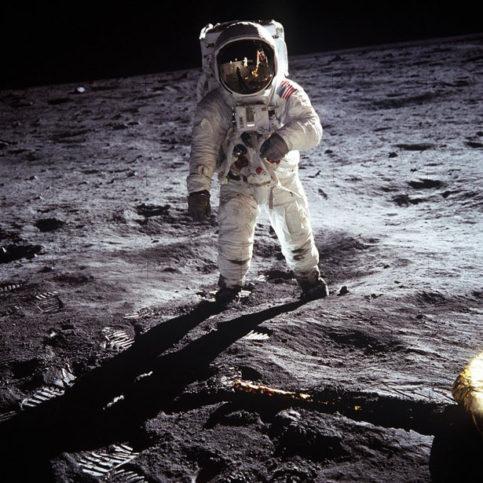 Нийл Армстронг - първият човек стъпил на Луната.