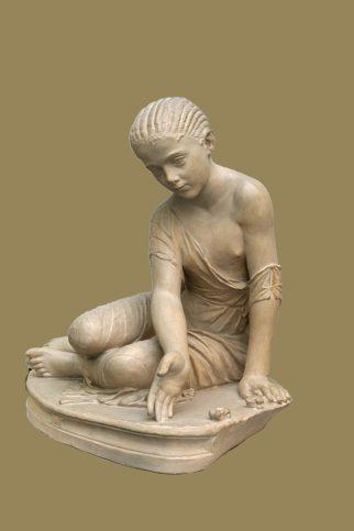 Римска статуя на момиче, играещо на Ашици. Снимка: Уикипедия