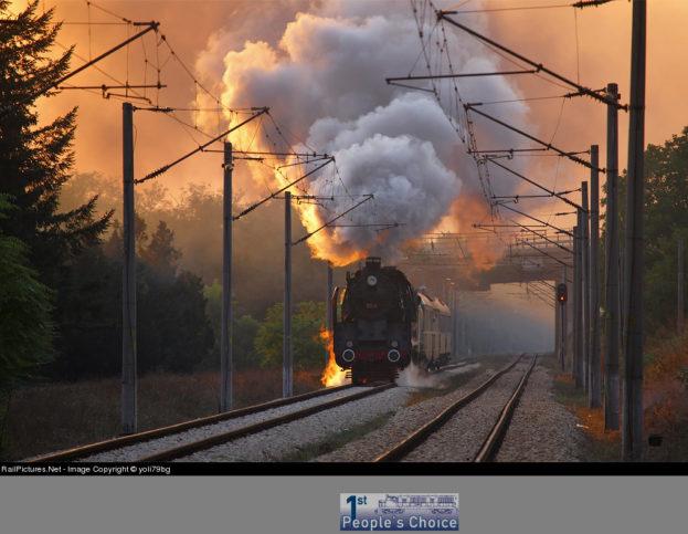 Парен локомотив 03.12 навлиза в гара Гривица на залез слънце.