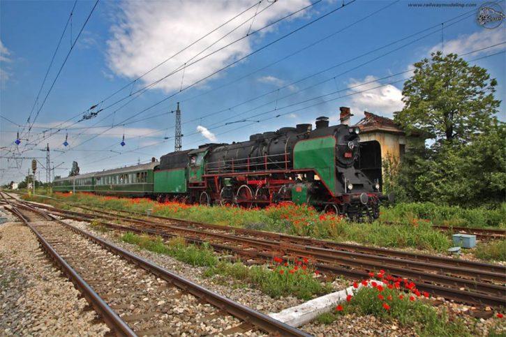 Парен локомотив 01.23 сред маковете на гара Казичане.