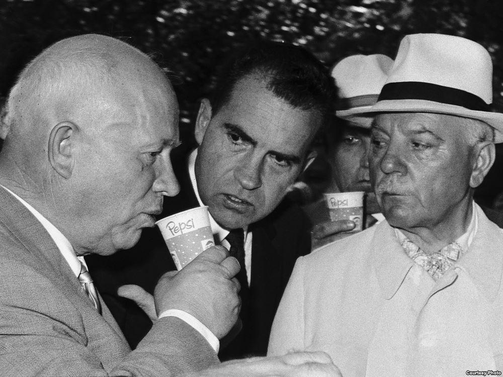 Никита Хрушчов пие Pepsi под зоркия поглед на вицепрезидента на САЩ Ричард Никсън по време на Американското национално изложение през 1959 г.