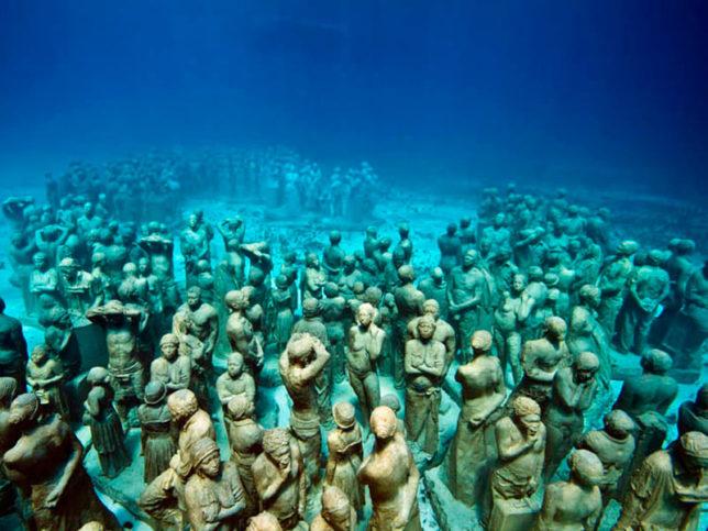 Подводният музей в Канкун съдържа около 500 статуи с човешки размери.