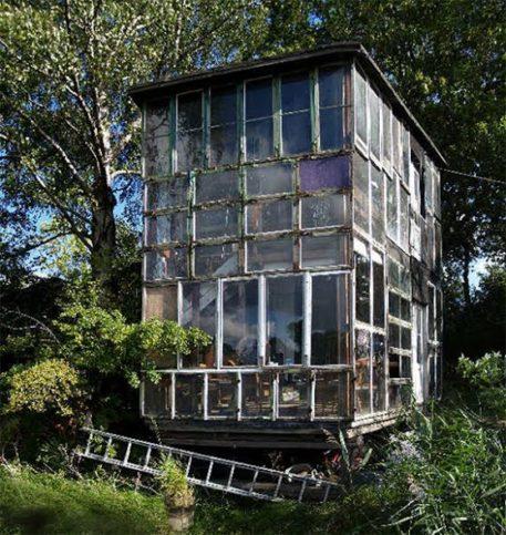 Още една от многото нестандартни къщи.