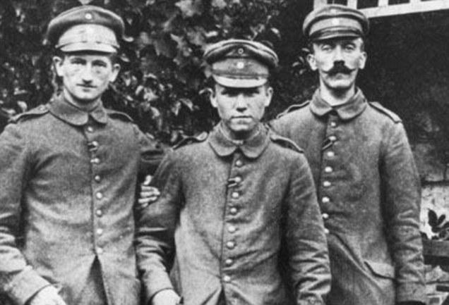 Хитлер (вдясно) със свои бойни другари по време на Първата световна война.