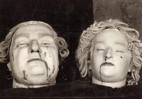 По време на Френската революция, Крал Луи XVI и Мария-Антоанета получили посмъртно отливки на отрязаните си глави.