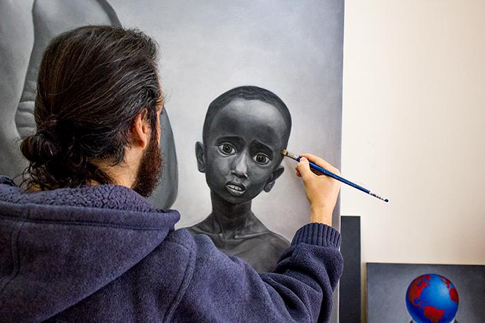 Картините на Софо Архон показват недостатъците на съвремието ни.