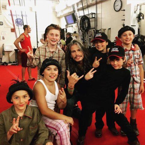 Детската трупа на Кристиян заедно с певеца Стивън Тейлър от Аеросмит.