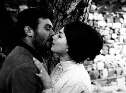 """Коканова и Маркович в кадър от """"Крадецът на праскови""""."""